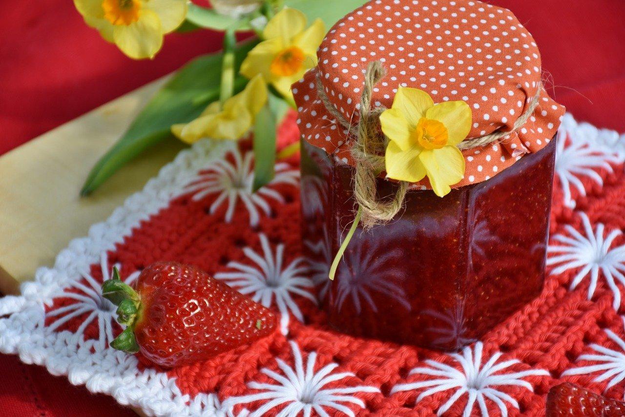 So kannst Du die Melisse-Erdbeer-Kirschmarmelade selber machen.